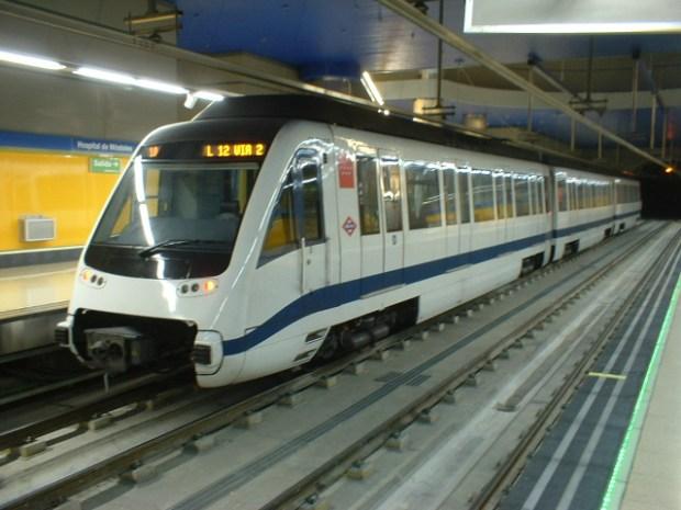 Tren de la serie 8000 en Hospital de Móstoles, Metrosur