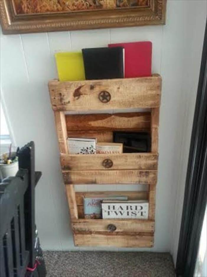 Brilliant wood pallet design #diybookshelfpallet #bookshelves #storageideas