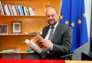 """Get caught reading campaign"" with the writer  book ""Das Zeitalter der Extreme"""