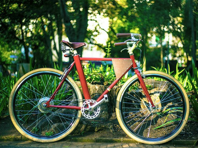 Vela Hides an Electric Bike in a Classic Beauty