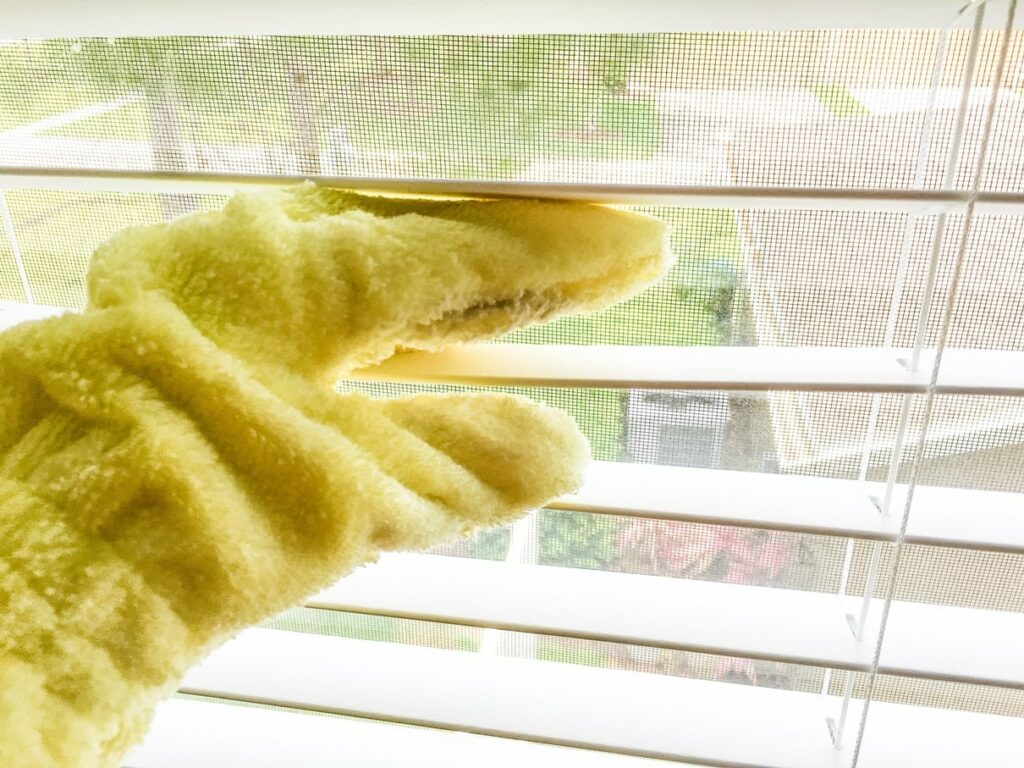 E-cloth dusting glove mitt for easily cleaning windown blinds