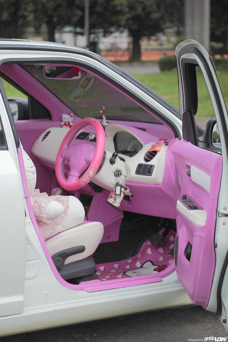 Hello Kitty Sinta 2012 Suzuki Swift