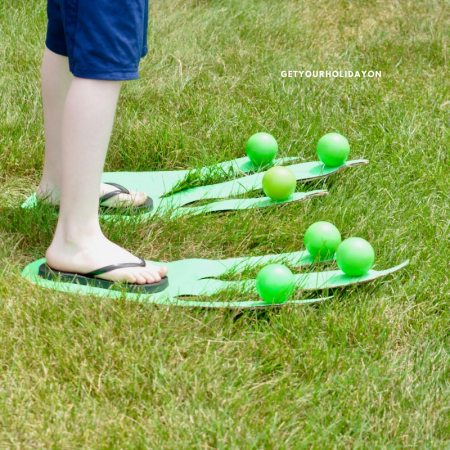 The best part about this Jurassic-SizedMinute To Win It game is you can choose to play it indoor or outdoor. It could be used for a summer party game, at a carnival or festival, at a PTO party, or even played in your backyard! #play #party #DIY #momlife