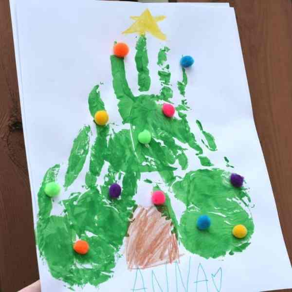Christmas tree craft diy with fingerprints for toddlers or preschoolers.