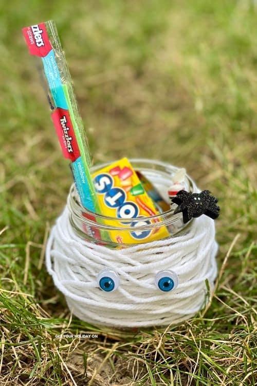 Mummy mason jar craft idea for Halloween.