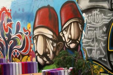 Taksim arka sokaklarında grafitti kapılar..