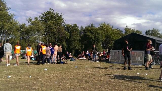 Pladsen foran Rising hvor en nøgen mand faldt i snak med andre festivalgæster
