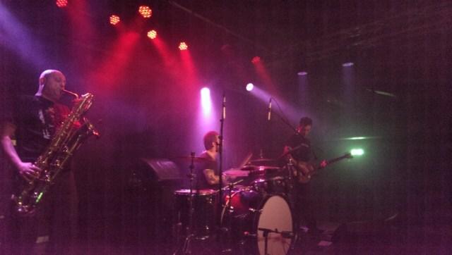 Bevæbnet med bas, saxofon og trommer skabte Zu voldsom lyd