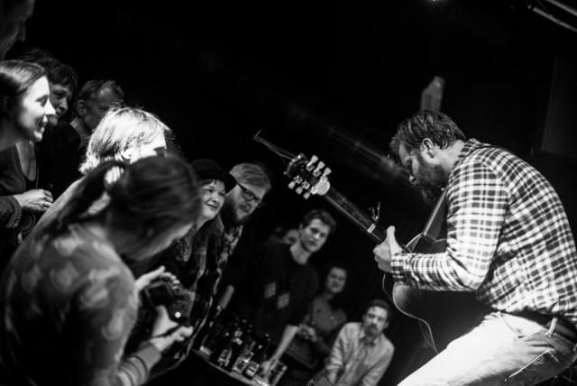 Mugison i god kontakt med publikum. Foto: Hasan Jensen/Homage Photography