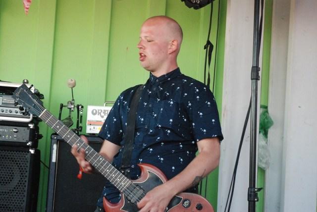 Et fredeligt hjørne af scenen - Christian Bonnesen på guitar