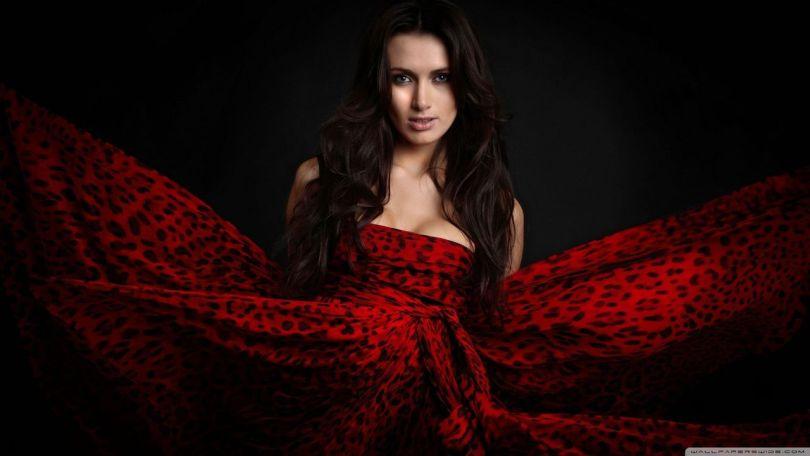 woman_in_red_dress_wallpaper_2560x1440.jpg
