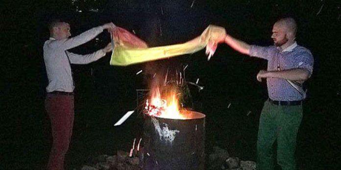 Regenbogenflagge wird verbrannt