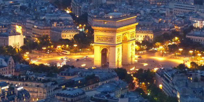 Paris: Triumphbogen bei Nacht