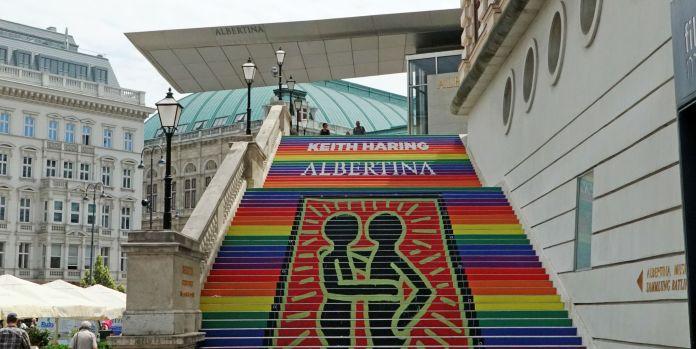 Regenbogentreppo vor der Albertina