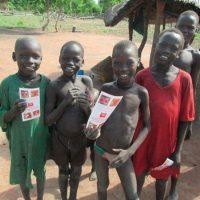 Suedsudan_Buben mit MRE Flyern