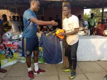 Manasseh Gyasi (Right) Receiving His Prize