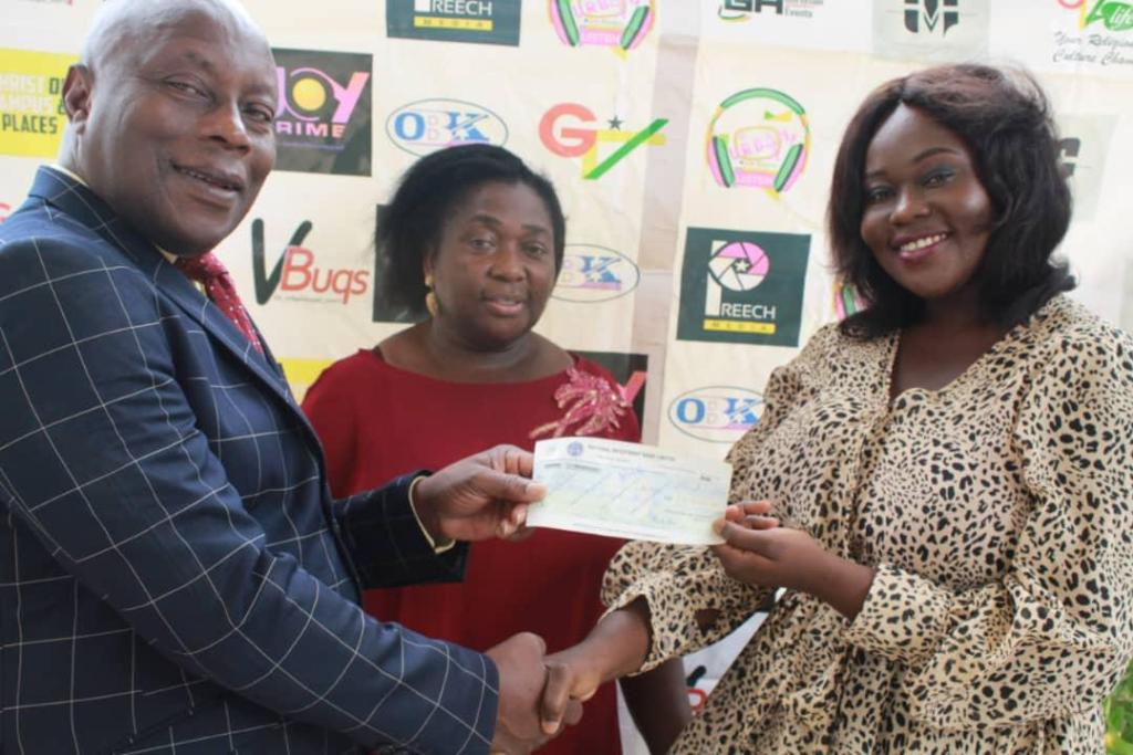 OBK (right) receiving a cheque of GHS 20,000