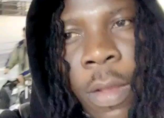 VIDEOS: Stonebwoy Puts His Raw Dreadlocks On Display – Check It Out