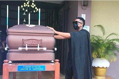 Sad: Musician Krymi consoles his mother as they bury his father (photos) 4