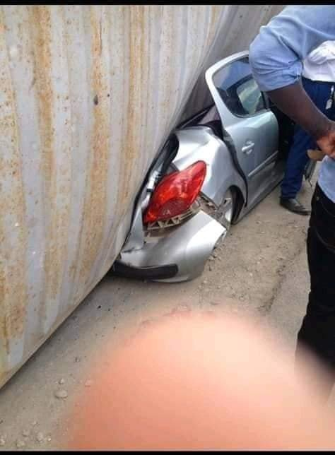 car3 - Container falls on a mother's car moments after she stepped out with her baby. (photos)