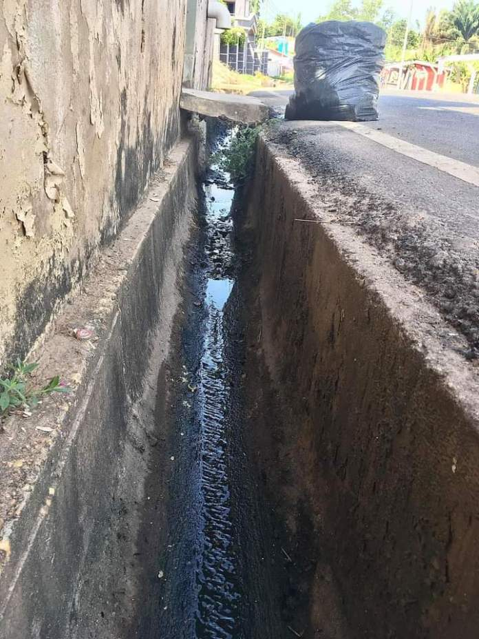 Gentleman Follows The Footsteps Of Nana Tea By singlehandedly Cleaning A Very Dirty Gutter (+Photos)