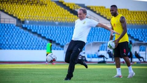 Milovan Rajevac teaches Black Stars forward Jordan how to shoot at training