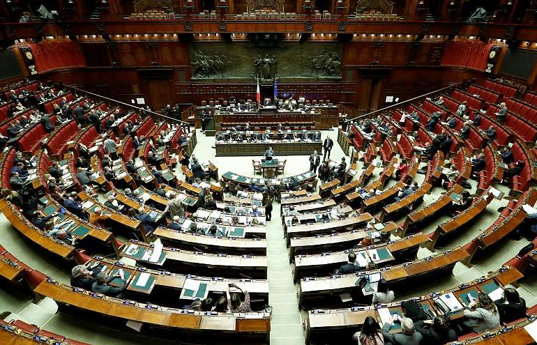italy agrees to reduces the size of its parliament to