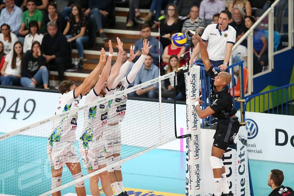 Un'azione di Trento-Milano di ieri (fonte immagine: facebook.com/PowervolleyMilano)