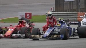 Sebastian Vettel e la sua Ferrari distrutta dopo l'incidente con Stroll (fonte immagine: guerinsportivo.it)