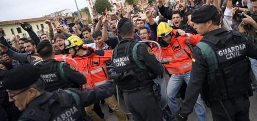 Un momento delle tensioni di ieri in Catalogna (fonte immagine: es.noticias.yahoo.com)