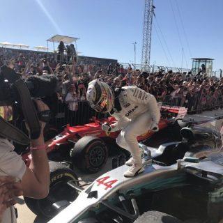 Lewis Hamilton felice dopo aver conquistato la vittoria ad Austin (fonte immagine: twitter.com/IWC