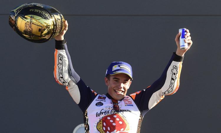 Marc Marquez sul podio di Valencia festeggia il suo sesto titolo mondiale. (fonte immagine: calciomercato.com)