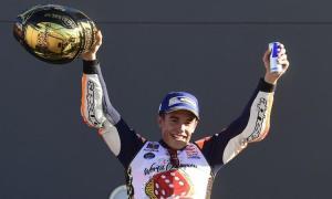 Marc Márquez sul podio di Valencia festeggia il suo sesto titolo mondiale. (fonte immagine: calciomercato.com)