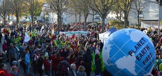 Manifestazione a Bonn (Germania) all'inizio della COP 23, la Conferenza ONU sui cambiamenti climatici del 2017. (fonte immagine: Spielvogel/Wikimedia Commons)