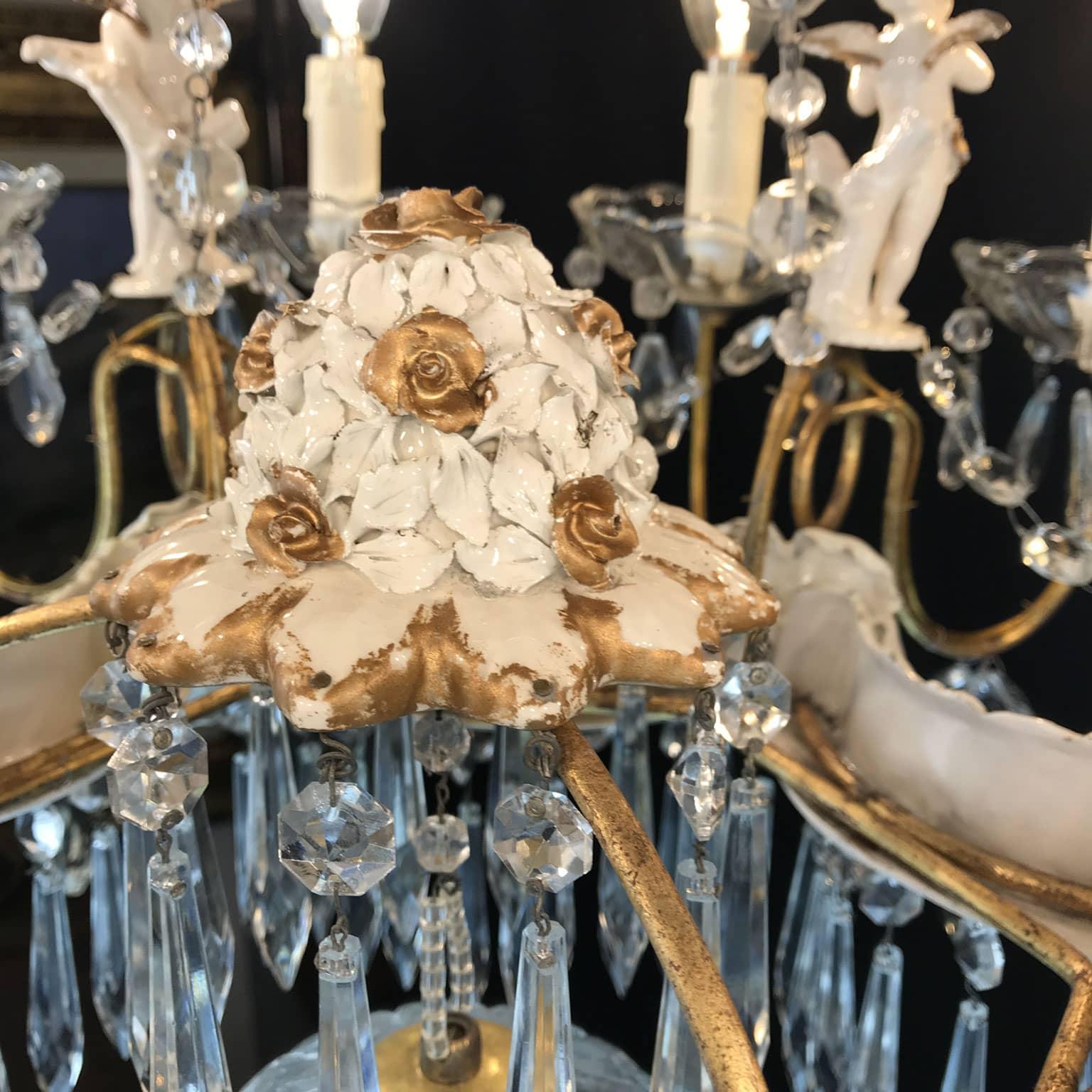 Originale anni 40 in perfette in ottime condizioni. 20th Century Italian Chandelier With Capodimonte Porcelain Putti And Rose Petals