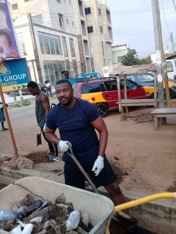 John Dumelo spotted cleaning gutters and sweeping streets to win votes in the upcoming parliamentary elections (PHOTOS) 5