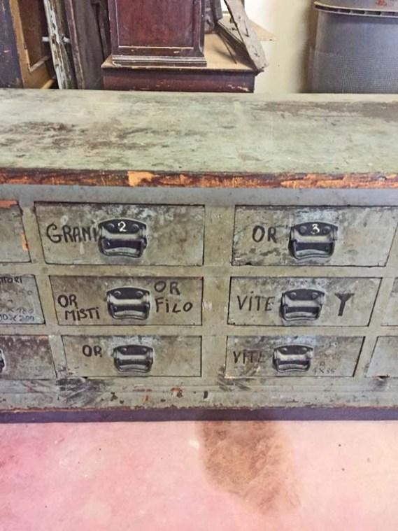 Bancone cassettiera in legno laccato grigio da officina anni '40