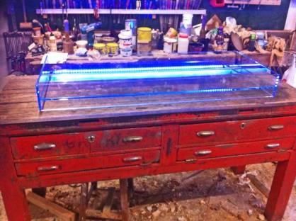 Bancone da orafo rosso nello stato originale in allestimento con vasca in cristallo