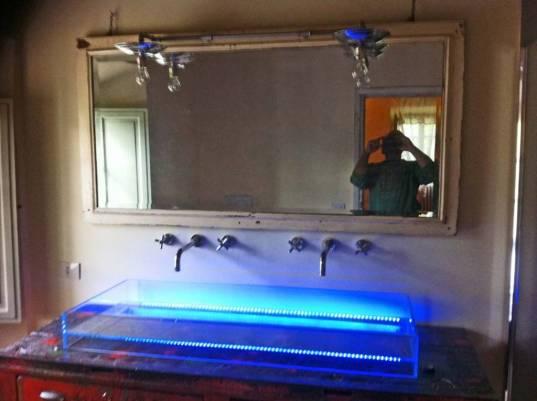 Bancone da orafo rosso nello stato originale in allestito con vasca in cristallo e luci a led azzurre