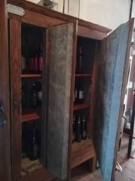 ghiacciaia primi '900 restaurata con allestimento interno porta bottiglie vino
