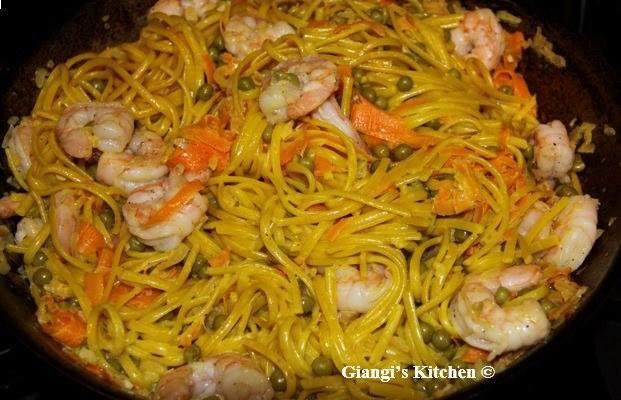 Linguine with shrimps and saffron sauce