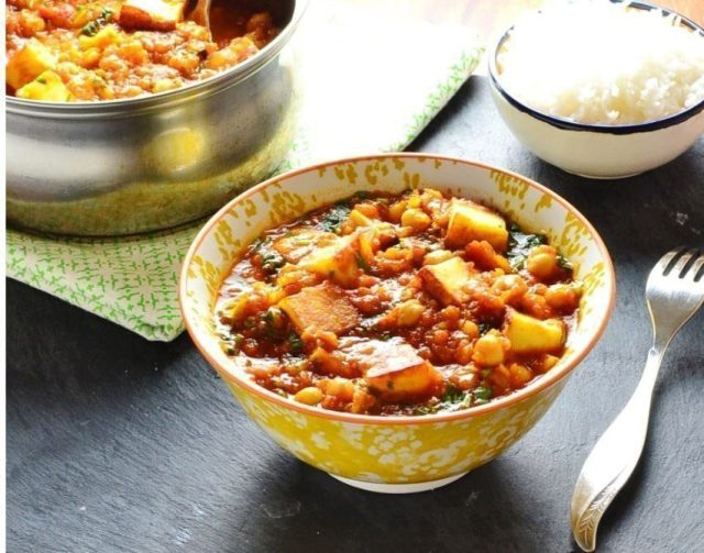 vegetarian curry with chickpeas and paneer