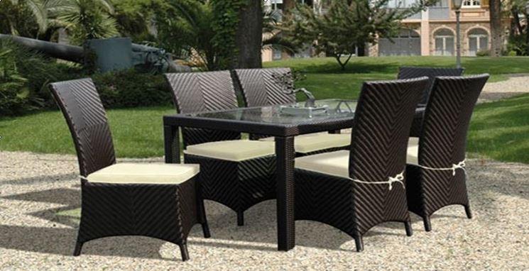 Un tavolo da giardino in rattan mediterraneo, una sedia in plastica o una sdraio in robusto. Arredo Giardino Rattan Mobili Giardino Arredamento Giardino Rattan