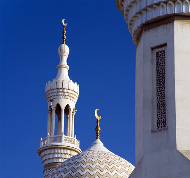 No começo, Maomé deixava os seus seguidores prestarem culto a Alá, o altíssimo, e pedirem a intercessão de Allat e Al Oza e Mannat. Depois que conseguiu se tornar militarmente forte e bem armado, ele lhes ordenou que somente a Alá prestassem culto