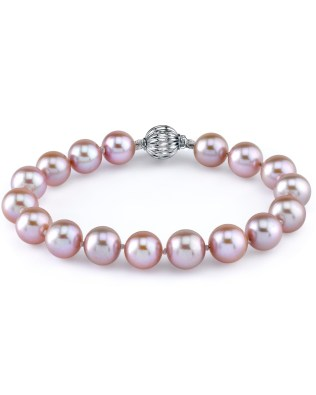 The golden-lipped oyster creates gold pearls, which often shine with overtones of pink.