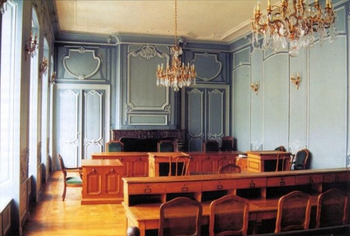 """La """"Salle Blanche"""" située au premier étage non loin de la """"Grande Chambre"""", après restauration. Peinture réalisée sous le contrôle des services techniques du Palais de Justice de Douai."""