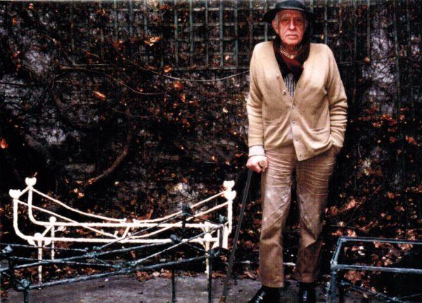 Diego Giacometti devant ses Tables berceau à têtes de chats, vers 1984.