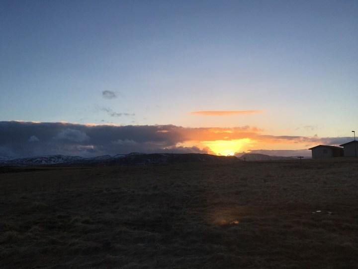 traumhafter Blick auf den Sonnenuntergang Borealis Hotel Islands Südwesten und der Golden Circle Roadtrip Island gindeslebens.com © Thomas Mussbacher und Ines Erlacher
