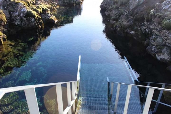 Einstieg in die Silfra Spalte, Þingvellir Nationalpark und Þingvallakirkja Roadtrip Island gindeslebens.com © Thomas Mussbacher und Ines Erlacher