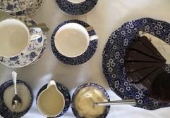 Kaffee und hausgemachter Schokokuchen im Heatons Guesthouse Dingle Roadtrip Irland und Nordirland www.gindeslebens.com